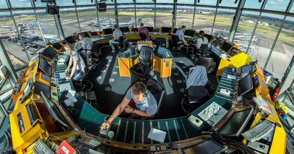 Кула с ръководител полети